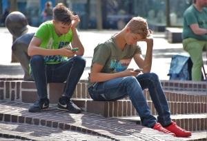 Kinder spielen am Handy; natureaddict